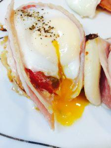 おしゃれな朝食ベーコンカップエッグ