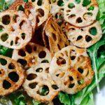 レンコンチップスのゴマドレッシングサラダ