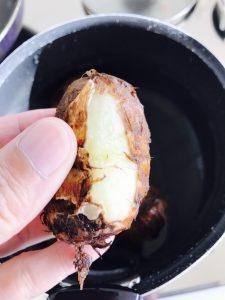 里芋の皮むき