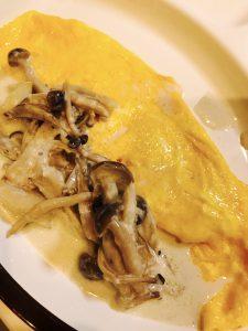 チーズ入りオムレツきのこソース