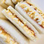 卵とイチゴジャムのサンドウィッチ